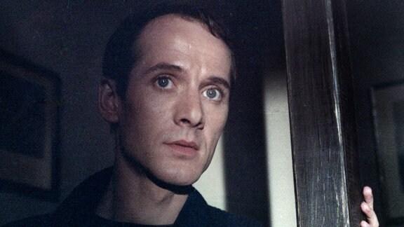 Eines Nachts sucht ein Fremder, Sieghart (Ulrich Mühe), bei Ena im Hof Unterschlupf, da sein Auto liegen geblieben ist.
