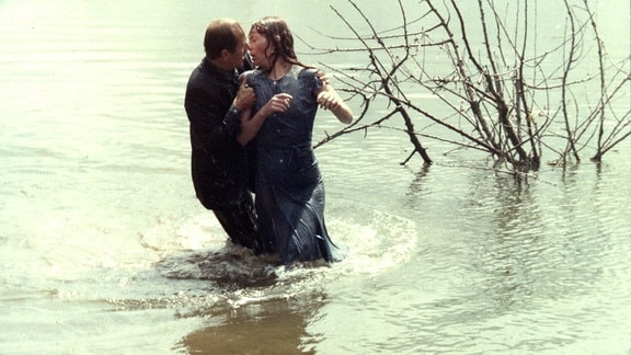 Bei einer halsbrecherischen Kutschfahrt zu dritt, verunglückt Mathias tödlich in einem Waldsee. Ena (Ulrike Krumbiegel) und Sieghart (Ulrich Mühe) überleben.