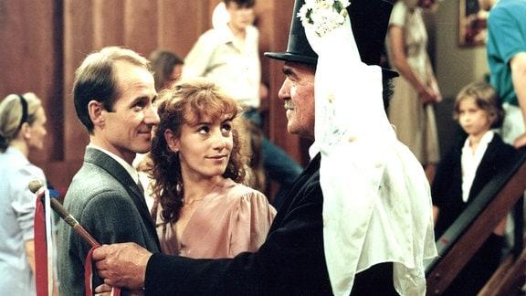 Nach einiger Zeit der Trauer bekennt sich Ena (Ulrike Krumbiegel) schließlich zu ihren Gefühlen und heiratet Sieghart (Ulrich Mühe). Der traditionelle sorbische Hochzeitsbitter, der Braschka, (Benno Mieth, rechts) gratuliert dem Paar.