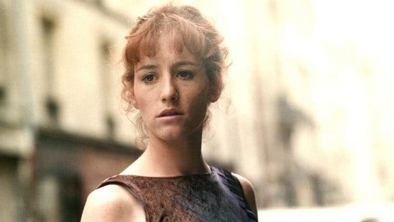 Ena (Ulrike Krumbiegel) und Sieghart ziehen nach Paris. Doch dort fühlt sich die junge Frau sehr einsam und wird immer wieder von aufwühlenden Erinnerungen an Mathias eingeholt.