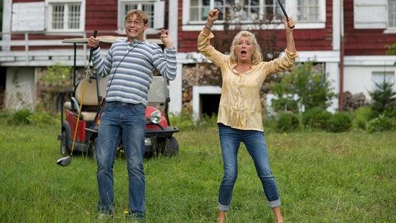 Fanny Steininger (Jutta Speidel) und ihr Halbbruder Elias (Dennis Mojen) jubeln.