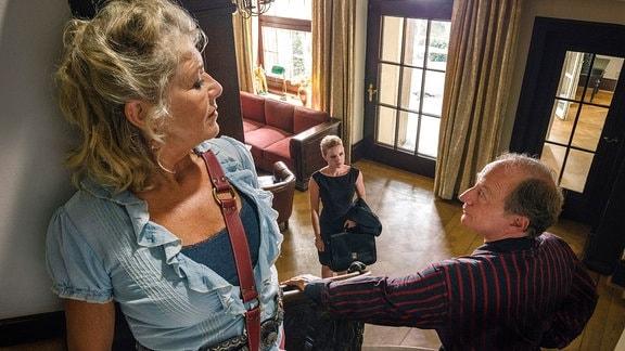 Wotan (Stefan Merki, re.) und Fanny (Jutta Speidel) haben ein Geheimnis vor Staranwältin Rita Kopp (Jennifer Ulrich).