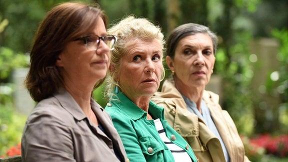 """Sie ist das """"Schwarze Schaf"""" der Steiningers: Fanny (Jutta Speidel, Mitte) mit ihren Schwestern Ute (Isolde Barth, re.) und Karin (Lena Stolze)."""