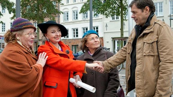 Finn Kiesewetters (Sven Martinek, r.) mit seinen Tanten Ria (Ulrike Bliefert, l.) und Toni (Petra Kelling, 2.v.r.). Er reicht  Marie Guteson (Annelinde Gerstl, 2.v.l.),die Hand.