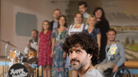 Mirko (Pasquale Aleardi) bleibt keine Wahl: Er muss den Chor übernehmen.