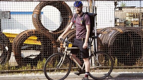 """Gabor Ragalyi legt als Fahrradkurier in Halle täglich etwa 50 Kilometer per Rad zurück: """"Autofahrer sind sich manchmal nicht bewusst, dass sie eine Tonne Stahl durch die Gegend bewegen, die im Ernstfall viel Schaden anrichten können."""""""