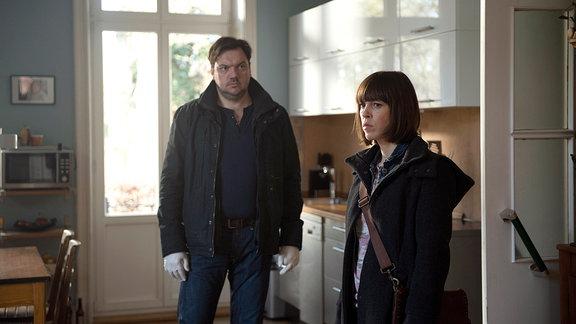 Kommissar Bukow (Charly Hüber) und Katrin König (Anneke Kim Sarnau) durchsuchen die Wohnung des Opfers.