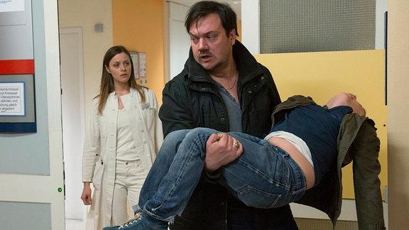 Bukow (Charly Hübner) trägt seinen Sohn Samuel (Jack Owen Berglund) mit Asthmaanfällen in die Notfallklinik. Clara Fischer (Alma Leiberg) kümmert sich um ihn.