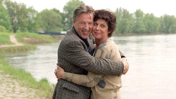Wolfgang Rühmer (Hansjürgen Hürrig) umschlingt Steffi Krieg (Mona Seefried) liebevoll....
