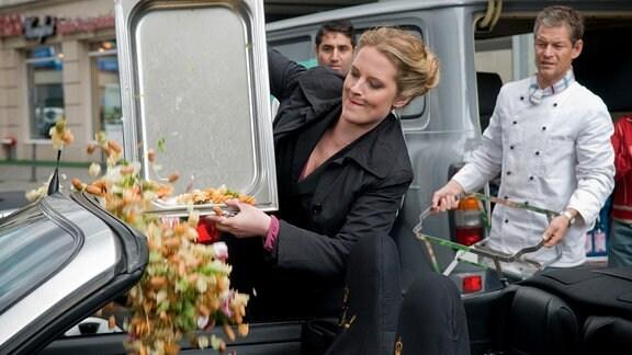 Der kleine Catering-Unternehmer Jakob (Steffen Wink, re.) wird Zeuge, wie Franka (Diana Amft) das Cabrio ihres Erzkonkurrenten mit einer Ladung Pasta beschmutzt.