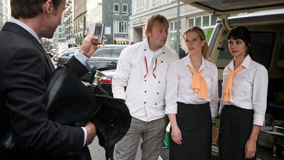 Der gewiefte Markus Spreng (Lucas Gregorowicz, li.) hat diebische Freude daran, dass seine tüchtige Ex-Kollegin Franka (Diana Amft, 2.v.re.) nun zusammen mit dem Koch Martin (Eckhard Preuß) und der Küchenhilfe Deria (Lale Yavas) in einer Catering-Firma schuften muss.