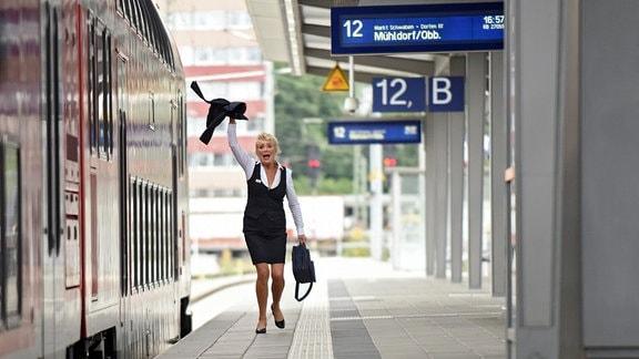 Fanny Steininger (Jutta Speidel) geht auf einem Bahnsteig.