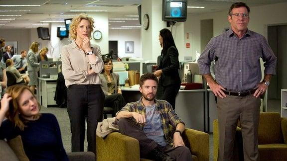 TV-Produzentin Mary Mapes (Cate Blanchett, 2. v. li.), Reporter Mike (Topher Grace) und Mitarbeiterin Lucy (Elisabeth Moss) sowie Militärexperte Roger Charles (Dennis Quaid, re.) sind an einer heißen Story dran.