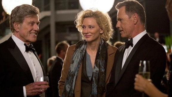 TV-Produzentin Mary Mapes (Cate Blanchett), Fernsehlegende (Robert Redford, li.) und CBS-Nachrichtenchef Bruce Greenwood (Andrew Heyward) glauben an ihre Skandalstory.