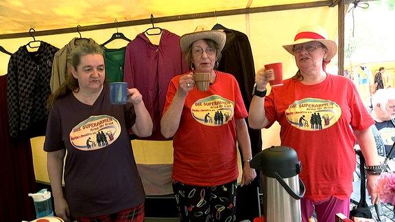 """Rentnerin Chrissy (Mitte) mit ihrem Verein """"Die Superarmen"""" - Flohmarktverkauf für eine eigene Beratungsstelle für andere arme Rentner."""