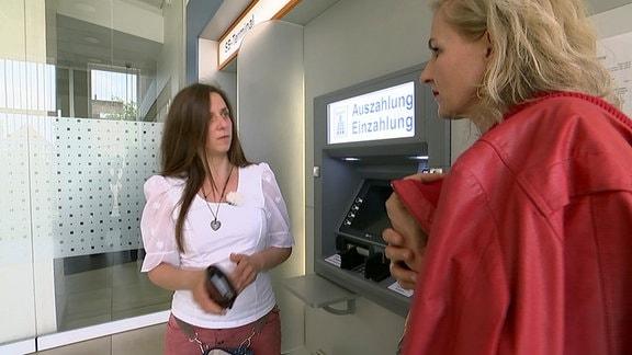 Die alleinerziehende Mutter Costanza (li.) mit Regisseurin Wibke Kämpfer am Bankautomaten.