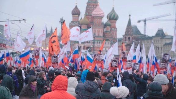 Zwei Tage nach der Ermordung Boris Nemtzows formt sich am Kreml in Moskau ein Trauerzug.