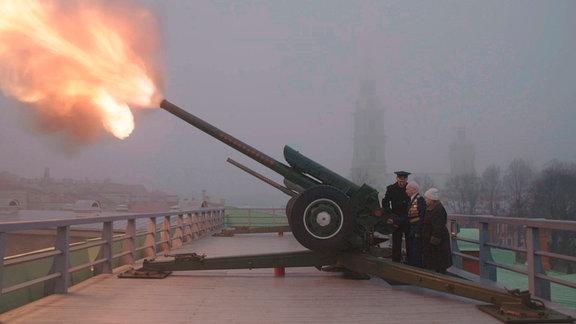 Die Kanone auf der Peter-und-Paul Festung ertönt seit dreihundert Jahren immer zu Mittag über Sankt Petersburg.