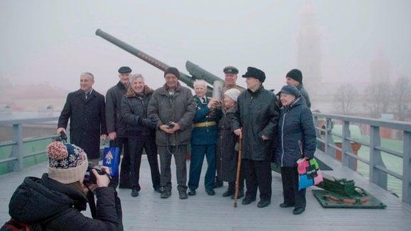 Ein Veteran des 2. Weltkriegs ist stolz, den traditionellen Schuss an seinem 90. Geburtstag abgefeuert zu haben.