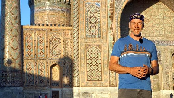 Biwak-Moderator Thorsten Kutschke auf dem Registan-Platz in Samarkant. Das Foto ist für alle fünf Teile nutzbar.