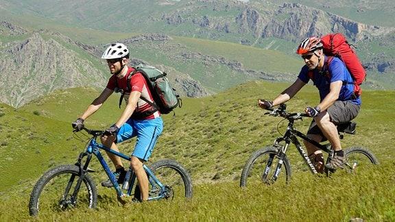 Biwak-Moderator Thorsten Kutschke und Stefan Ebert unterwegs im Nuratau-Gebirge. Das Foto ist für alle fünf Teile nutzbar.