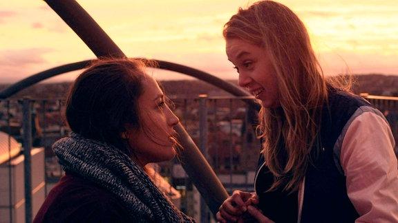 Die beiden Freundinnen Ruth (Lo Rivera, li.) und Kalina (Anna Herrmann). Wollen sie wirklich dasselbe?