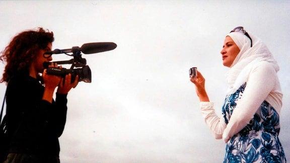 Filmemacherin Rand Beiruty (li.) und ihre Protagonistin Nudar.