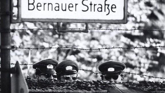 DDR-Grenzer blicken in den Westen.