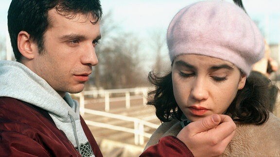 Erich (Eduard Burza) krault seiner Freundin Kathrin (Kathrin Angerer) das Kinn. Ihr Blick verrät minderes Entzücken.