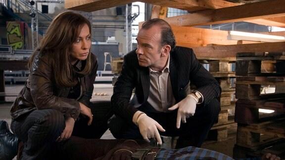 Die Hauptkommissare Eva Saalfeld (Simone Thomalla, links) und Andreas Keppler (Martin Wuttke, rechts) untersuchen am Tatort den ermordeten Hans Freytag.