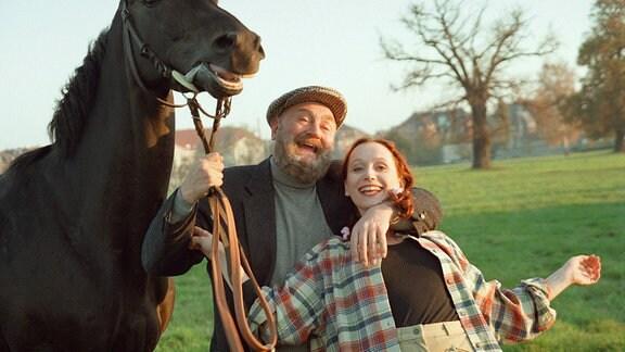 Pferdeliebhaber Dr. Karsunke (Rolf Hoppe) umfasst Agnes (Christiane Heinrich) freundschaftlich.