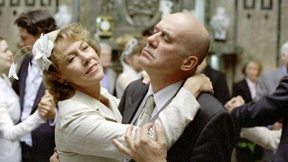 Alexandra (Gaby Dohm) und Oskar (Hanns Zischler) tanzen ausgelassen.