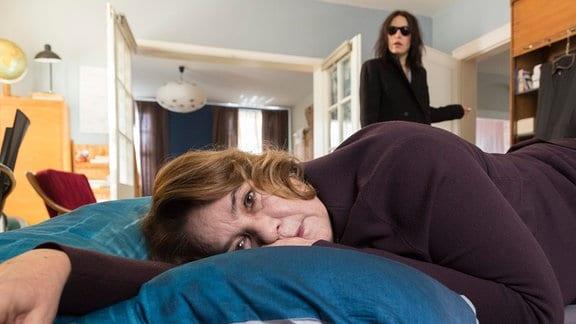 Katrin (Nicolette Krebitz) liegt auf einem Kissen; hinter ihr erscheint ihre verstorbene Mutter Renate (Patricia Hirschbichler).