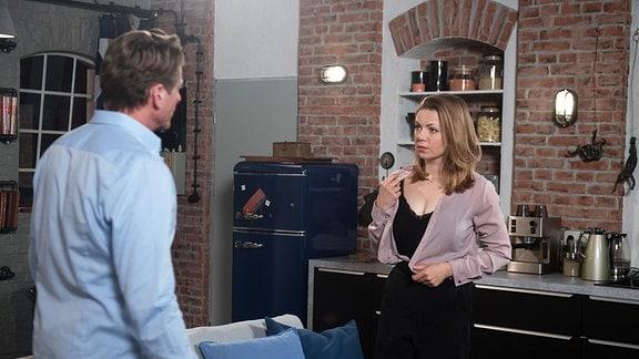 Judith (Katrin Ingendoh, r.) ist verletzt, Henning (Herbert Ulrich, l.) hat sie zurückgewiesen.