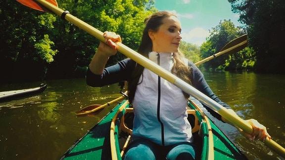 Sarah paddelt