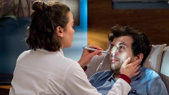 Rebecca (Milena Straube, l.) nimmt ihren Patienten und One-Night-Stand Karim (Camill Jamall, l.) genauer unter die Lupe.