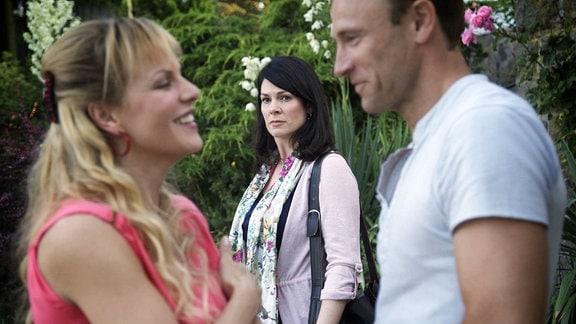 Elena Eichhorn (Cheryl Shepard, mi.) beobachtet argwöhnisch Martin Stein (Bernhard Bettermann, re.) und Iris Kaspari (Anja Nejarri, li.), die sich offensichtlich sehr sympathisch sind.
