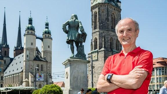 Waldemar Cierpinsk (im Vordergrund) in seiner Heimatstadt Halle/Saale (tm Hintergrund das Händel-Denkmal und die Türme der Marktkirche und des Roten Turms9