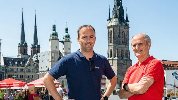 Waldemar Cierpinski und sein Sohn Falk Cierpinski vor der Kulisse des Hallenser Marktes,