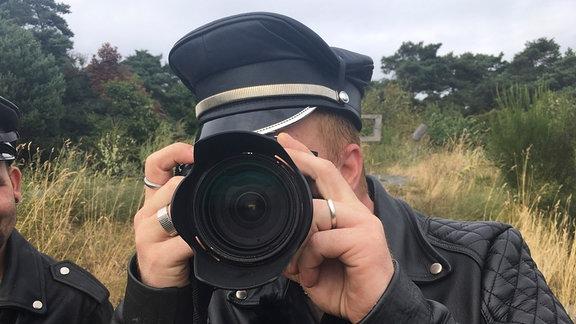 Fotograf Robert Ott beim Fotografieren.