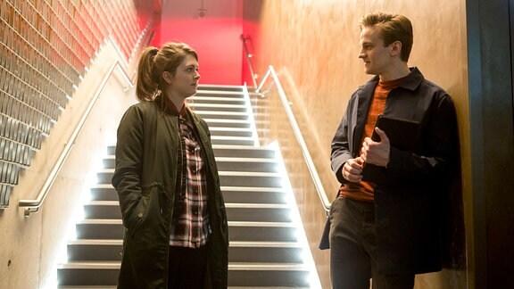 Tosh (Alison O'Donnell) und ihr norwegischer Kollege Lars Bleymann (Arnmundur Ernst Björnsson) stehen vor einer Treppe.