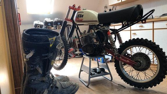 Das Herz und auch die Freizeit von Lutz Würker hängt am Enduro-Sport. Dafür baut er alte Cross-Motorräder – am liebsten aus den 80er Jahren – wieder auf und fährt sie auch selbst im Gelände.