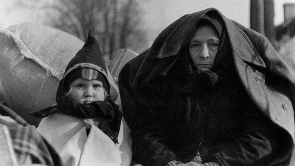 21. Januar 1945: Die Einwohner von Lübchen (Schlesien) verlassen ihre Dörfer und fliehen vor dem Vormarsch der sowjetischen Truppen nach Westen. Hanns Tschirra ist einer von ihnen. Er ist Fotograf. Er übernimmt die Führung dieser Kolonne, die größtenteils aus Frauen, Kindern und Alten besteht.