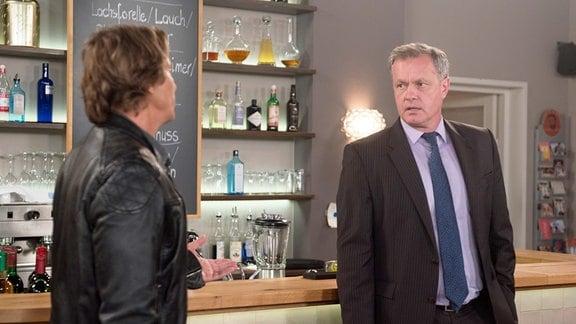 Als Torben (Joachim Kretzer, r.) Ben (Hakim Michael Meziani, l.) aus der Wohnung rauswerfen will, droht der Streit zwischen den Männern zu eskalieren.