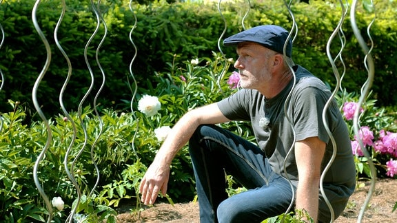 Matthias in seinem großen Garten - auch hier fehlt ihm seine Frau