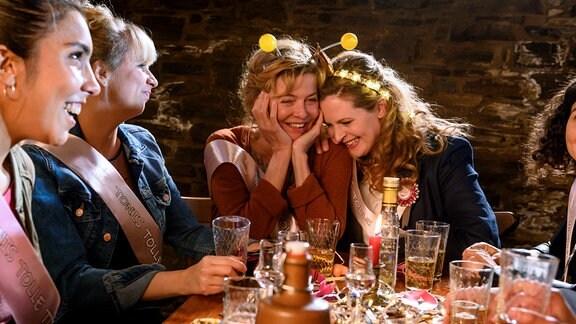 Toni (Diana Amft, Mitte re.) feiert Junggesellinnenabschied mit ihrer Mutter Heidi (Margarita Broich, Mitte) und ihren Freundinnen Maris (Fabienne Hesse, 2. v. li.), Charlie (Muriel Leonie Graf) und Andi (Nagmeh Alaei, re.)