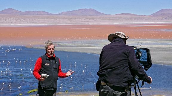 Biwak-Moderator Thorsten Kutschke an der Laguna Colorado. Im dahinter liegenden See lassen sich Flamingos ausmachen.