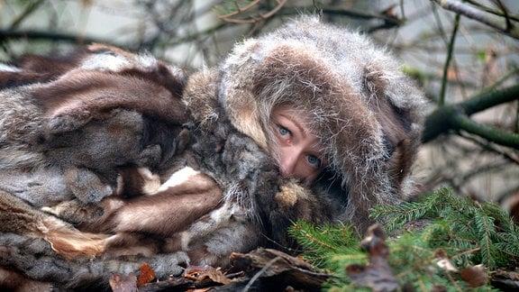 Allerleirauh (Henriette Confurius) sieht die Jäger.
