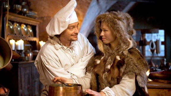 Allerleirauh (Henriette Confurius) und Matthis (Fritz Karl) freuen sich.