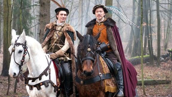 König Jakob (André Kaczmarczyk) und Rasmus (Adrian Topol) jagen.